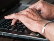 Händer skriver på en dator